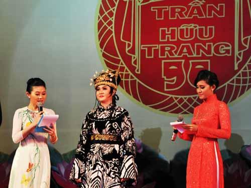 MC NSƯT Quế Trân đọc câu hỏi vấn đáp của Hội đồng giám khảo dành cho nghệ sĩ Ngọc Quyền (Đoàn NTQK 9)