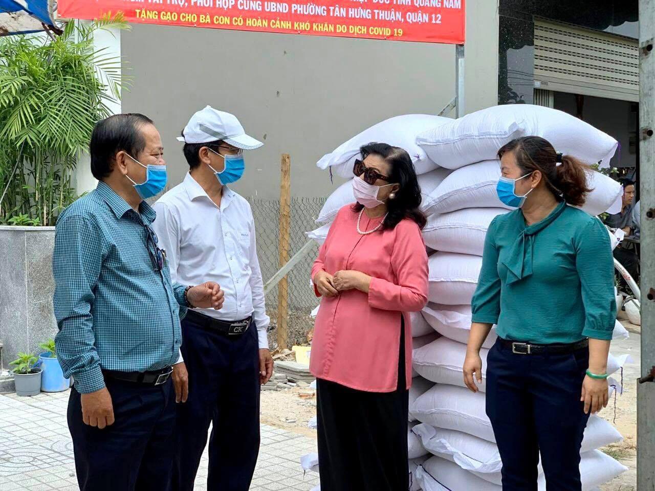 """NSND Kim Cương hỗ trợ người nghèo """"hạt gạo yêu thương"""""""