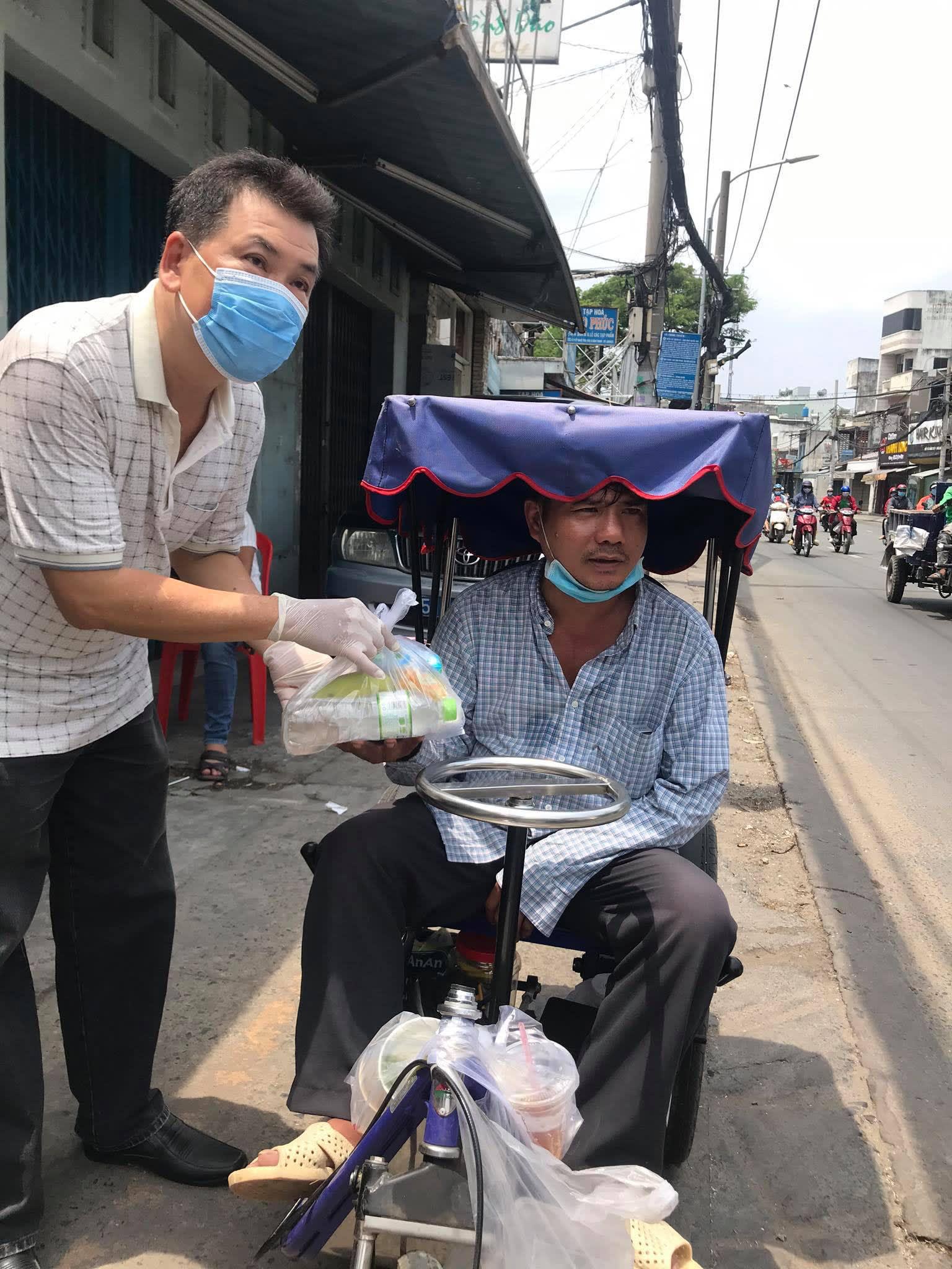 NSND Lệ Thủy tặng gạo cho nghệ sĩ nghèo, Hữu Nghĩa tặng cơm cho người khuyết tật - Ảnh 3.