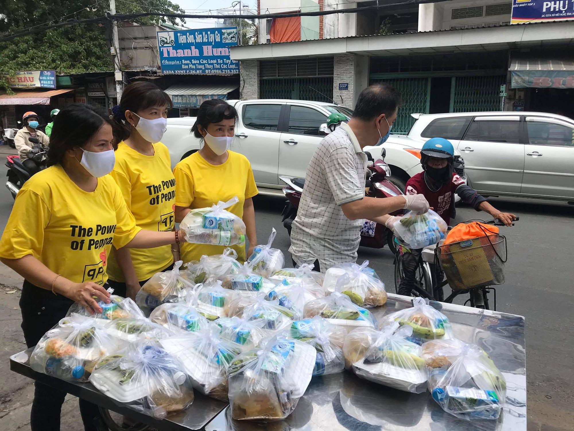 NSND Lệ Thủy tặng gạo cho nghệ sĩ nghèo, Hữu Nghĩa tặng cơm cho người khuyết tật - Ảnh 4.
