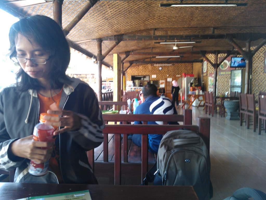 Lesehan Di Cafe Tahu