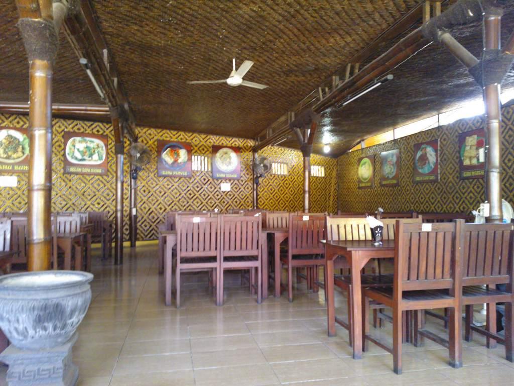 Suasana Lengang Di Cafe Tahu