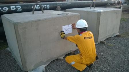 material man sedang labeling sinker 6 ton
