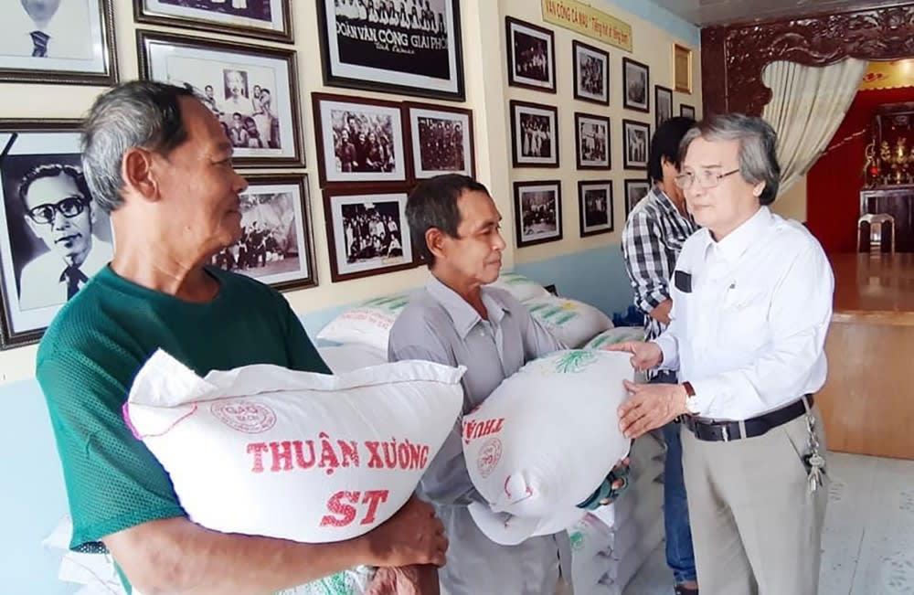 NSƯT Minh Hoàng tặng gạo cho bà con. Ảnh: HOÀNG PHÚC