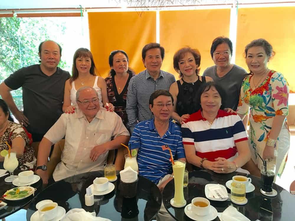 Các nghệ sĩ đoàn Kim Chung họp mặt nghe NSƯT Thanh Sang (áo thun xanh) kể chuyện tiếu lâm, một buổi sinh hoạt thật ấm cúng của ông với các đồng nghiệp sân khấu. Ảnh: THANH HIỆP