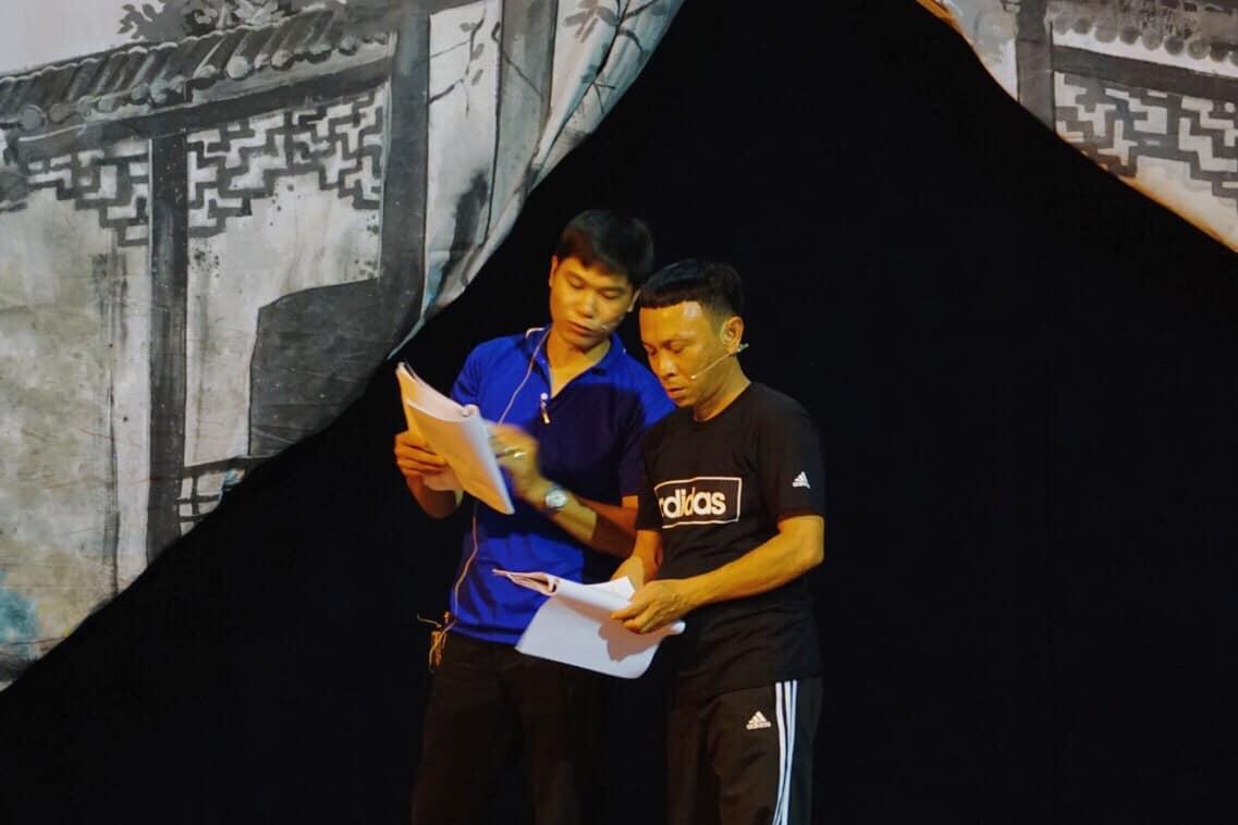Nghệ sĩ Dũng Nhí cùng anh em đồng nghiệp tập dượt vở Giấc Mộng Đêm Xuân tại rạp hát Hưng Đạo