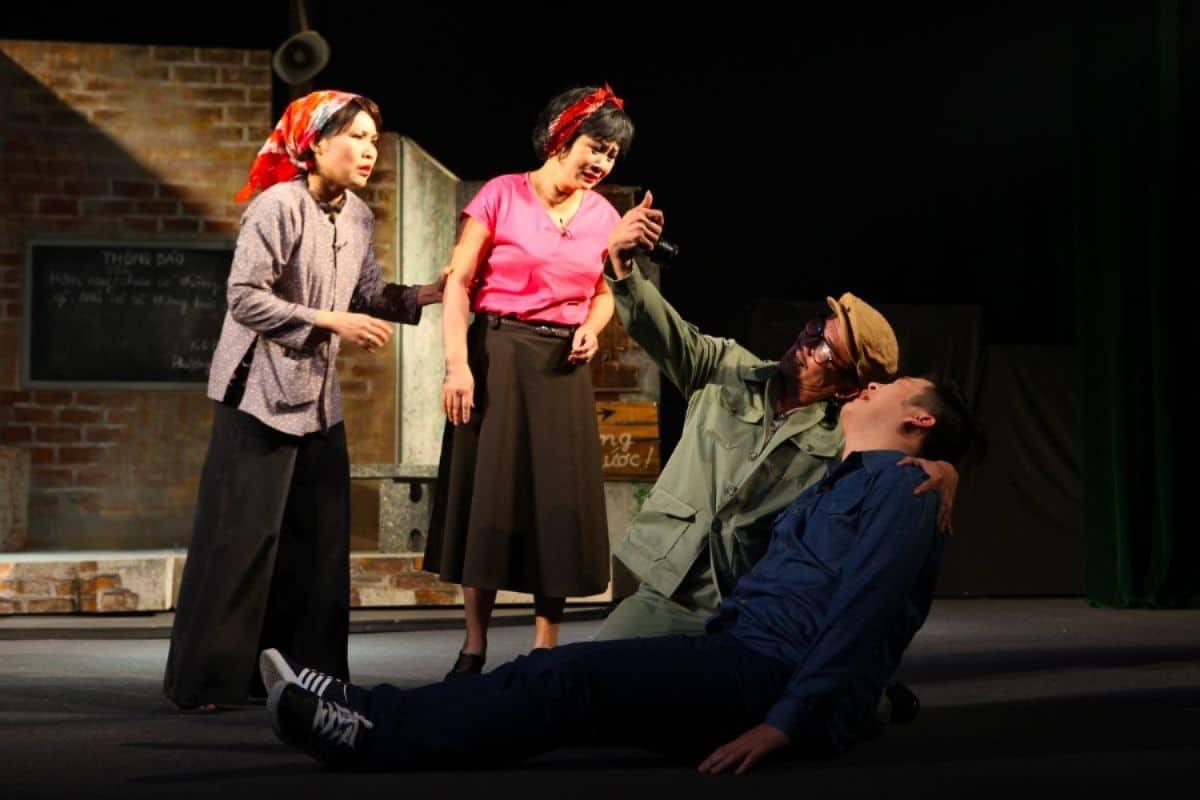 """Vở kịch """"Ai là thủ phạm"""" của tác giả Lưu Quang Vũ do các nghệ sỹ Nhà hát Tuổi trẻ biểu diễn"""