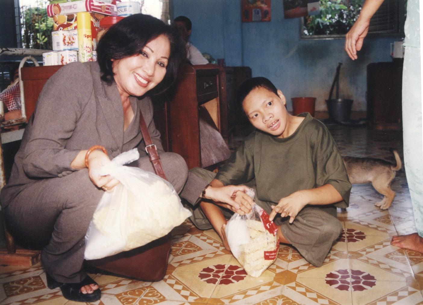 NS Hồng Nga san sẻ quà Tết cho trẻ em mồ côi, bệnh tật