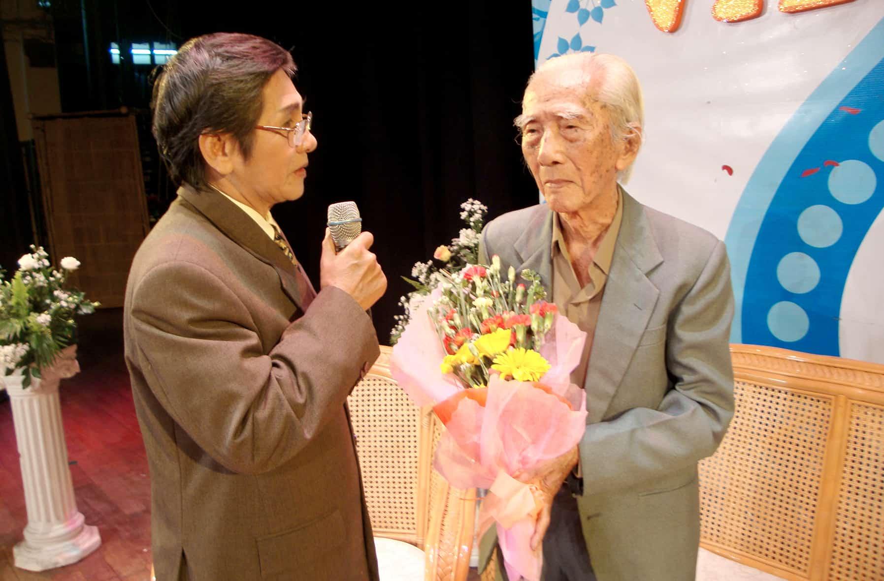NSƯT Phương Quang trong ngày mừng thọ NSND Viễn Châu 89 tuổi tại Nhà hát TP