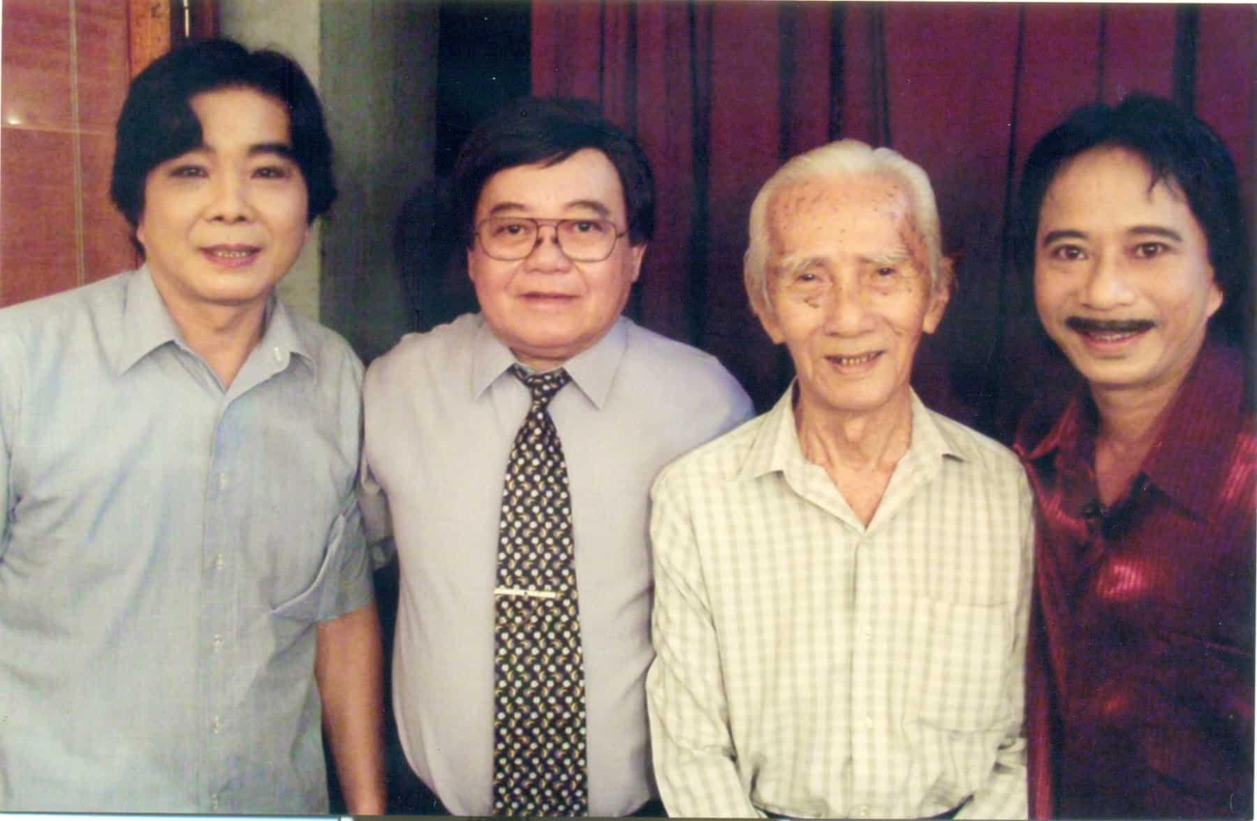 NSND Trọng Hữu, NS Thanh Hải, SG Viễn Châu và danh hài Bảo Chung trong hậu trường rạp Hưng Đạo năm 2005