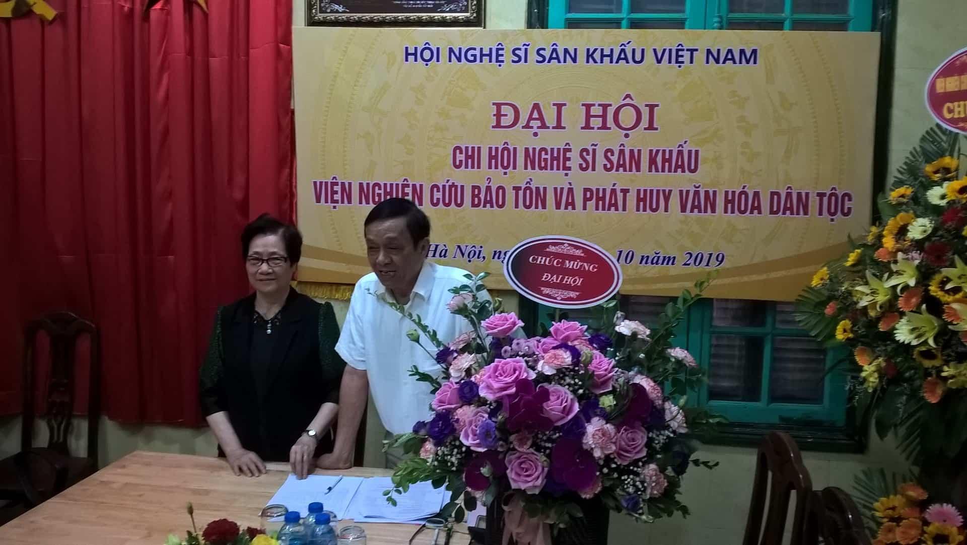 Đại hội bầu Nhà nghiên cứu Nguyễn Thế Khoa (bên phải) là Chi hội trưởng và PGS TS Đoàn Thị Tình (bên trái) là Chi hội phó.