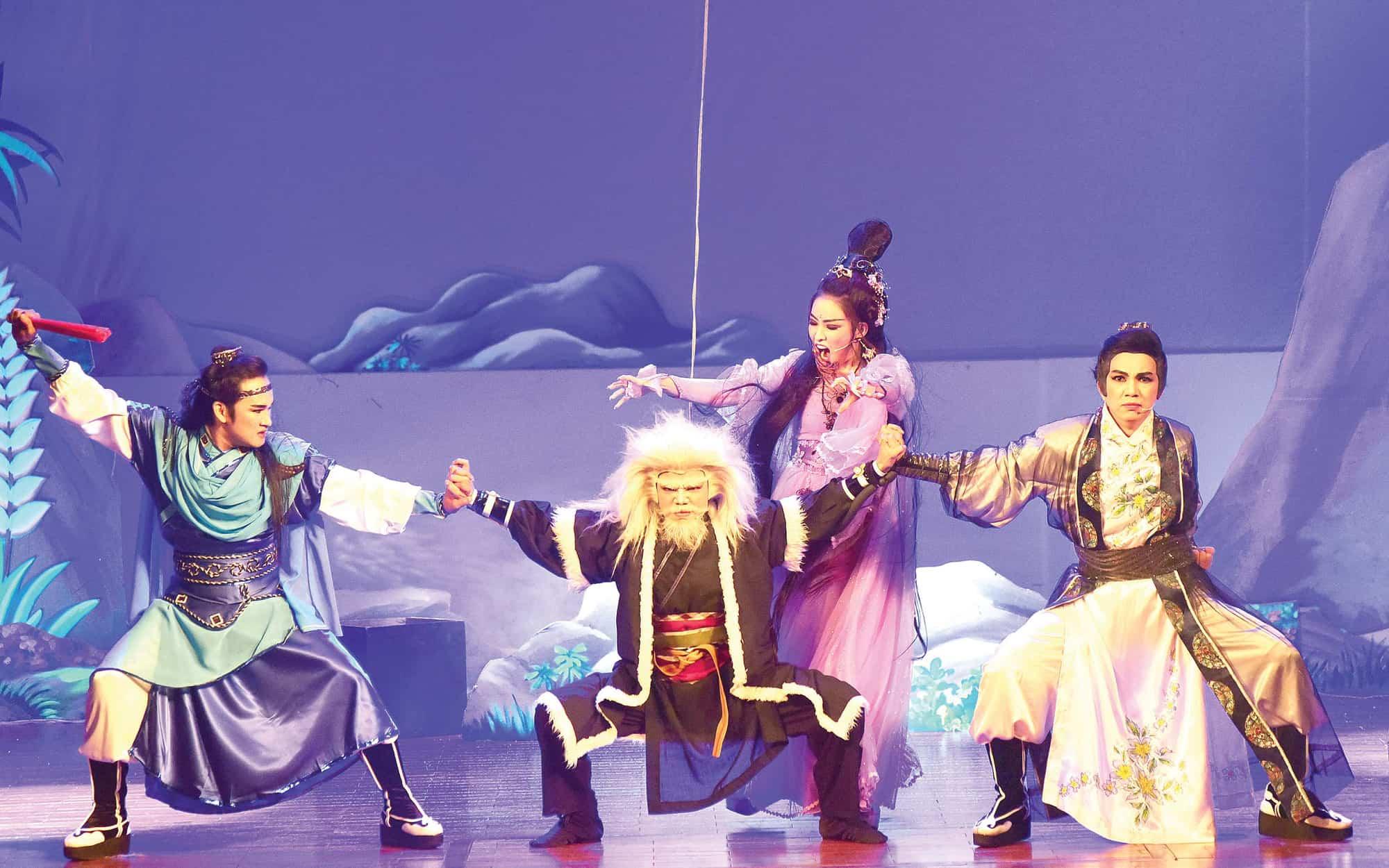 Trong đợt hoạt động mừng Trăm năm sân khấu cải lương tháng 12-2018, các suất diễn tái hiện những hình ảnh cải lương xưa của Nhà hát cải lương Trần Hữu Trang rất được khán giả thích thú - Ảnh: DUYÊN PHAN
