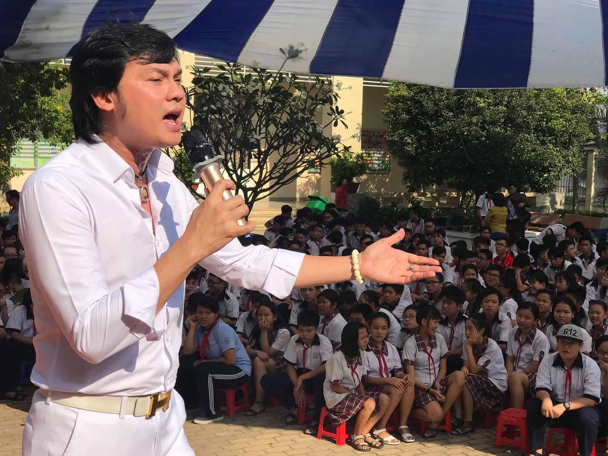 """NSƯT Kim Tiểu Long hát tặng thầy cô và học sinh bài ca cổ """"Mẹ ơi! hãy yên lòng"""""""