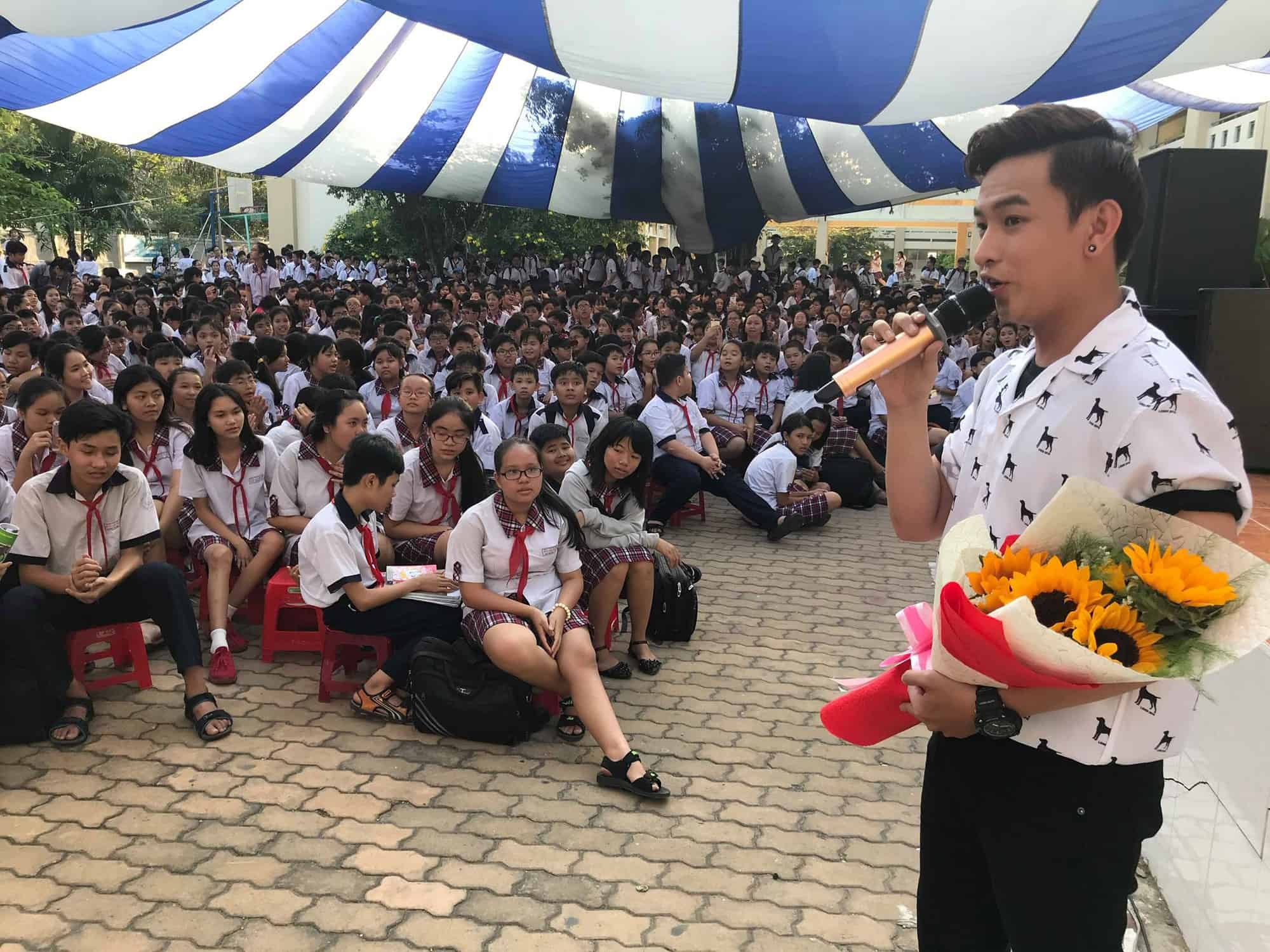 Diễn viên Huỳnh Quý giao lưu với học sinh Trường THCS Bình Lợi Trung