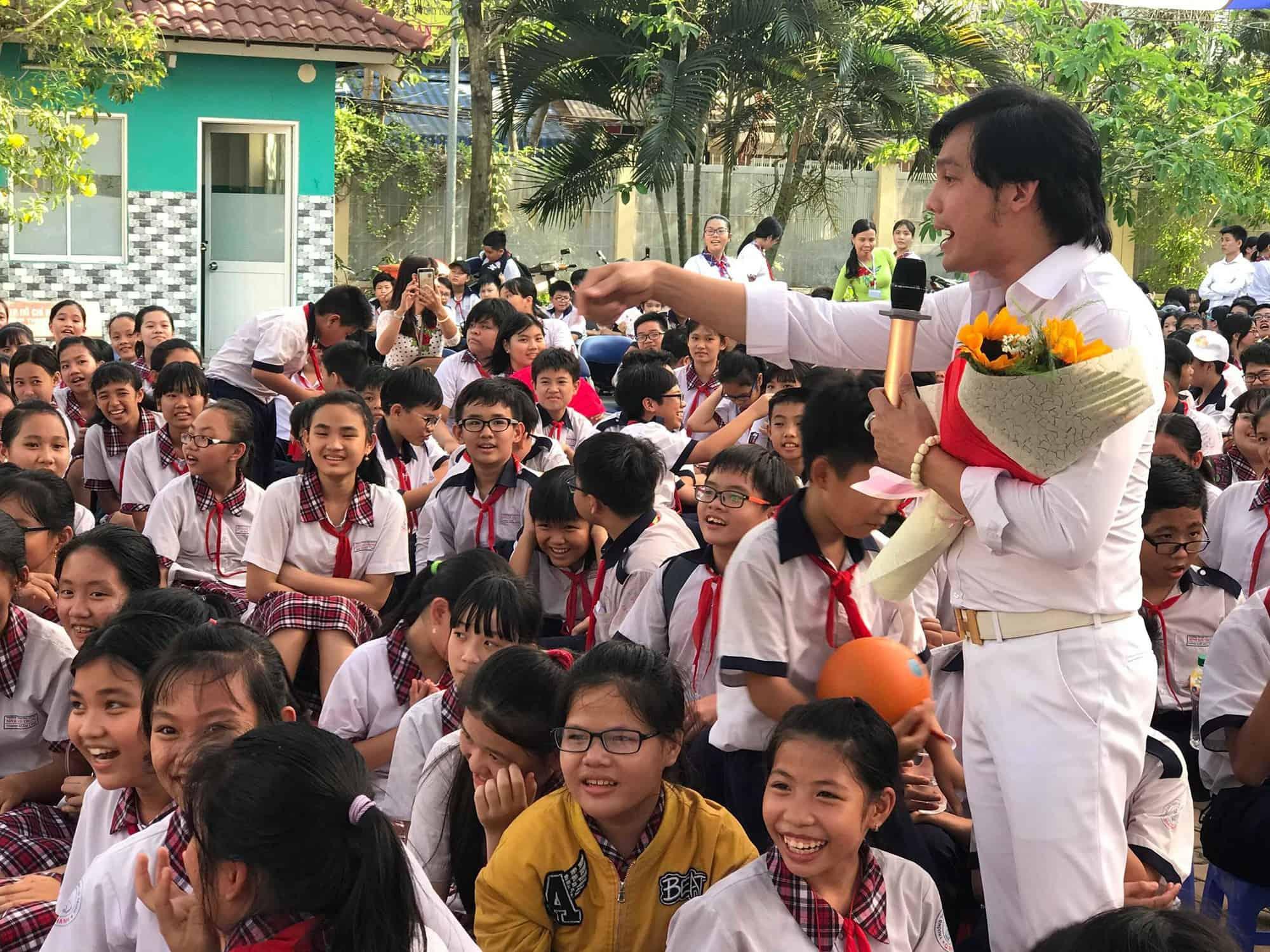 Học sinh hồ hởi trước sự hiện diện của NSƯT Kim Tiểu Long