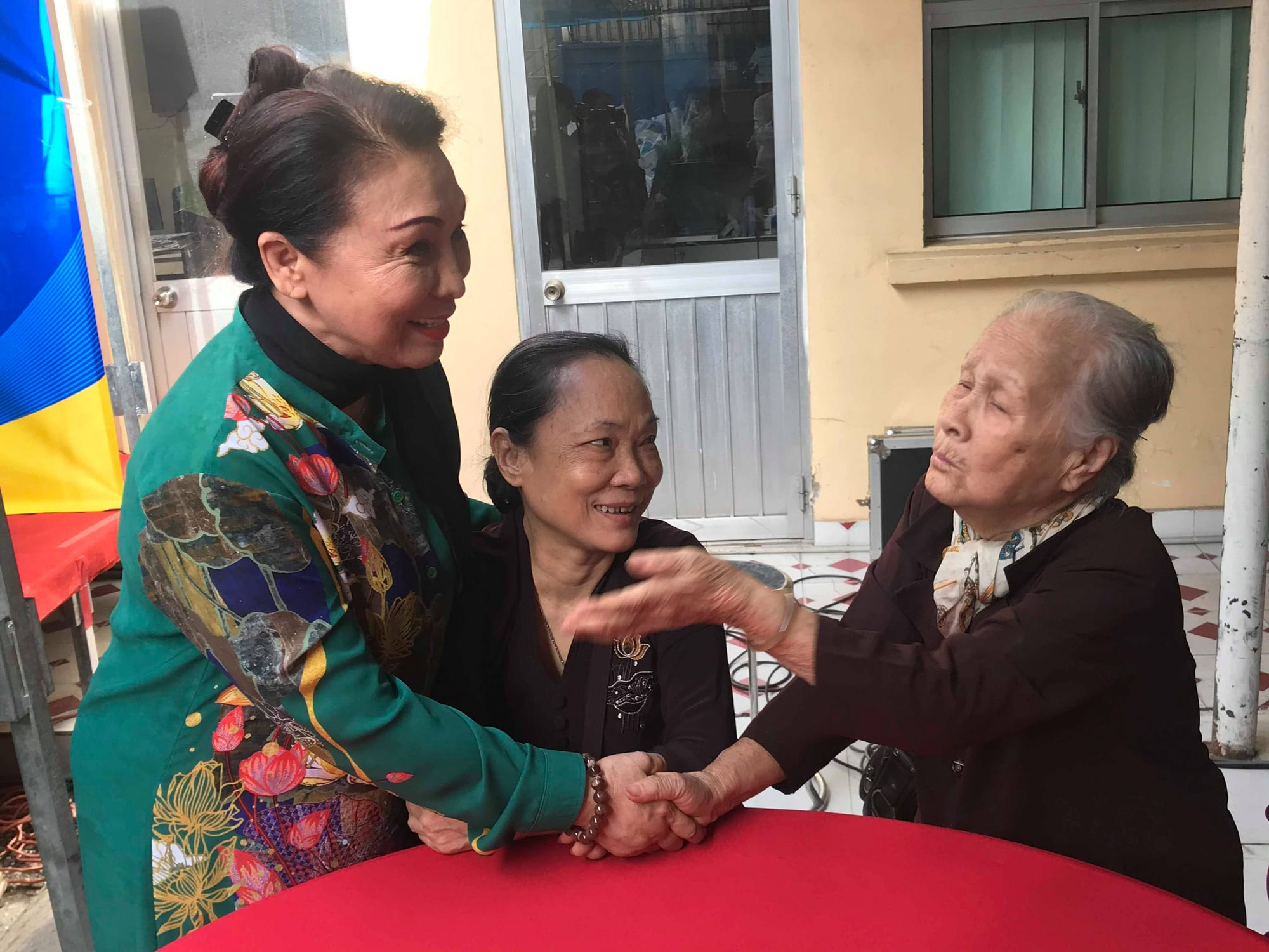 NSND Kim Cương dù bệnh vẫn trao quà Tết Nghệ sĩ tri âm - Ảnh 1.