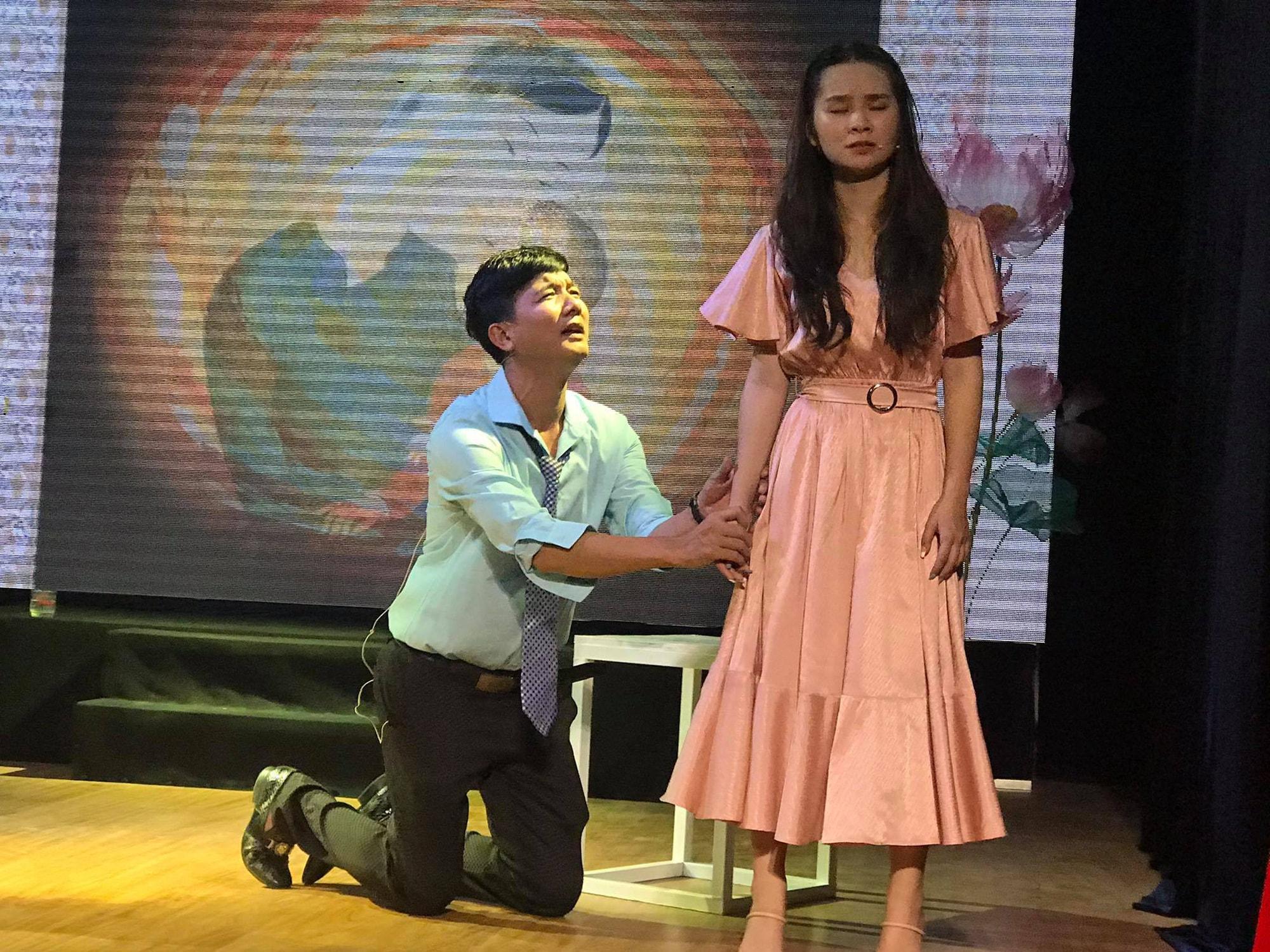 Án tình của sân khấu nhỏ Sen Việt, ba nghệ sĩ cuốn hút người xem - Ảnh 2.