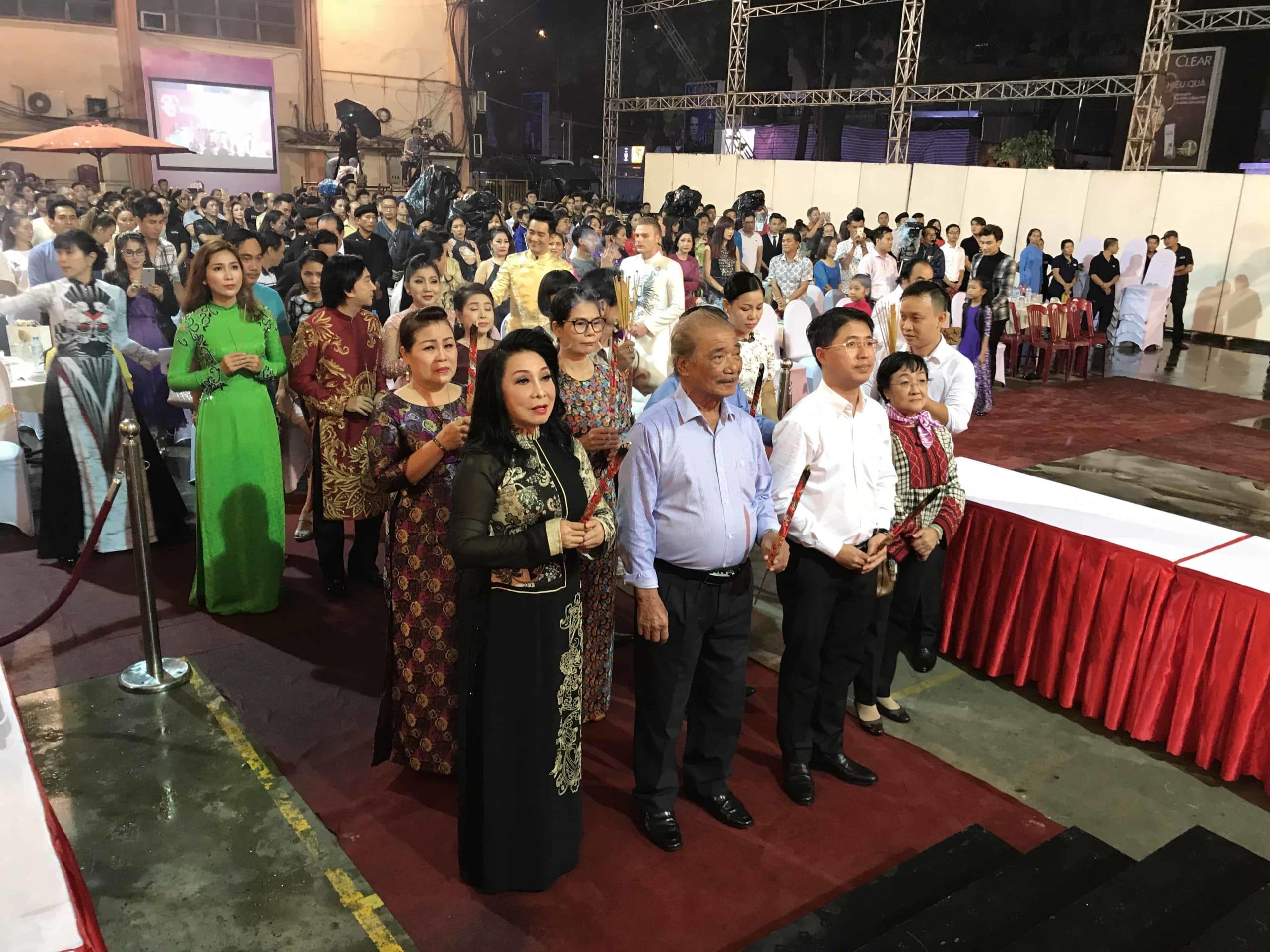 Nhà thờ Tổ của danh hài Hoài Linh tràn ngập khách thập phương - Ảnh 3.