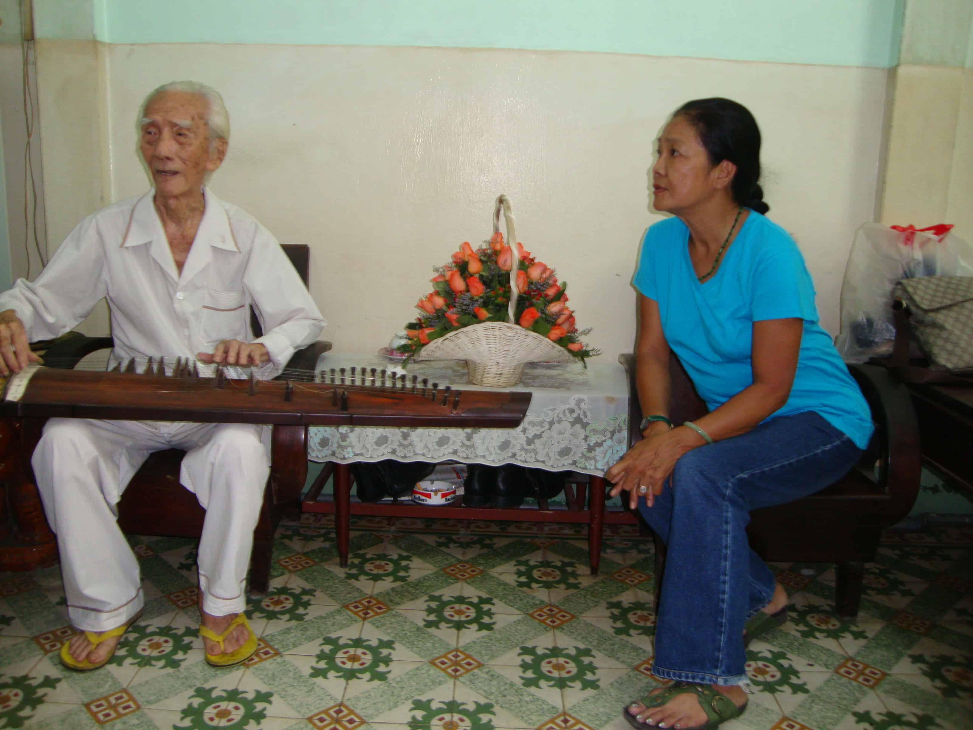 NS Tú Trinh nghe SG Viễn Châu đàn tranh khi bà đến thăm ông ngày 19-5-2012