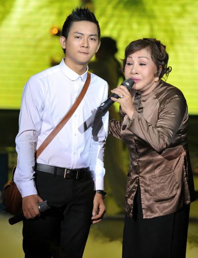 """Nghệ sĩ Hồng Nga cùng Hoài Lâm hát ca khúc """"Lòng mẹ"""" của nhạc sĩ Y Vân trên sân khấu."""