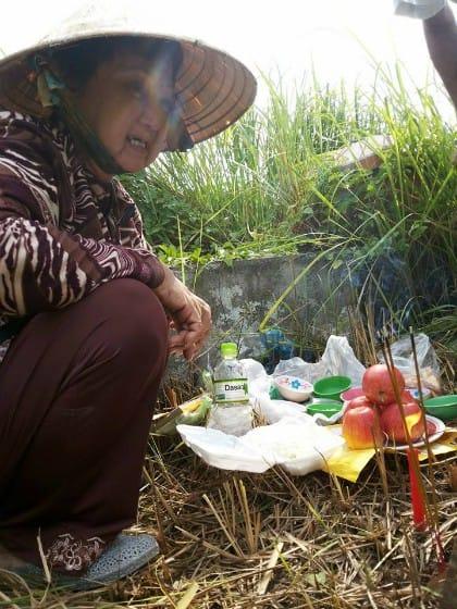 Đào Hạnh khóc nức nở bên mộ con trai sau 28 năm gặp lại. (Ảnh: Nguyễn Sang)