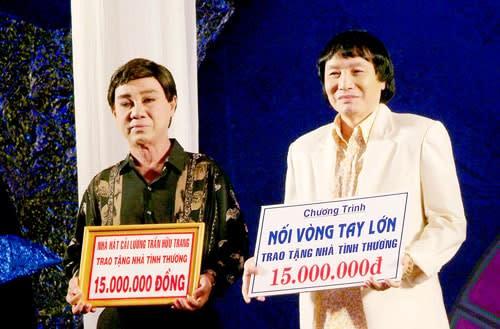 NSƯT Thanh Sang và Minh Vương trong lễ trao tặng nhà tình thương cho đồng bào nghèo do Sân khấu Vàng tổ chức năm 2007 tại rạp Hưng Đạo. Công trình này đã trao hơn 30 căn nhà tình thương cho đồng bào nghèo