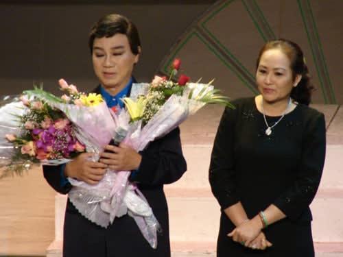 NSƯT Thanh Sang và vợ. Ảnh: ZING