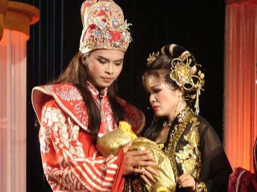 """Võ Minh Lâm vai Lý Huệ Tông, và Lê Hồng Thắm vai Trần Thị Dung, trong vở """"Dấu ấn giao thời"""""""