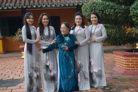 Nghệ sĩ Thanh Hằng, Thanh Ngân, Ngân Quỳnh, Thanh Ngọc và mẹ là nghệ sĩ Kim Hoa. Ảnh: FBNV