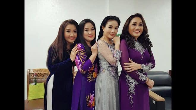Bốn chị em trong chuyến lưu diễn Hàn Quốc hồi năm 2018. Ảnh: FBNV