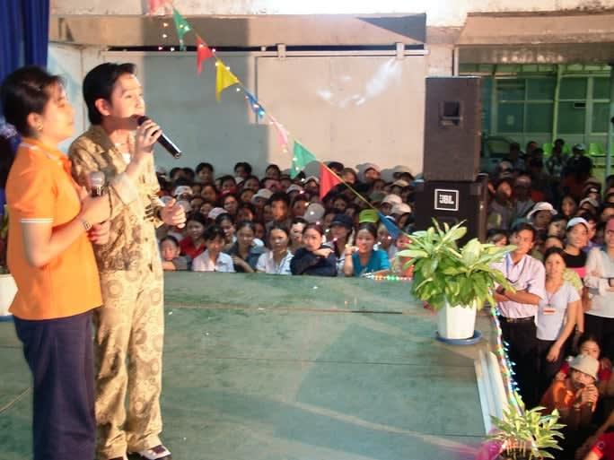 NSƯT Vũ Luân song ca với nữ công nhân Công ty Pouyuen Bình Tân