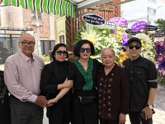 NSƯT Hùng Minh, NS Kiều Tiên, Mộng Tuyền, NSƯT Thanh Nguyệt, Thành Lộc trong lễ tang NSƯT Thanh Sang