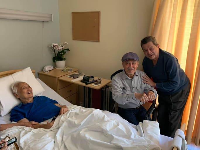 NSND Diệp Lang thăm nhạc sĩ Lam Phương bên giường bệnh