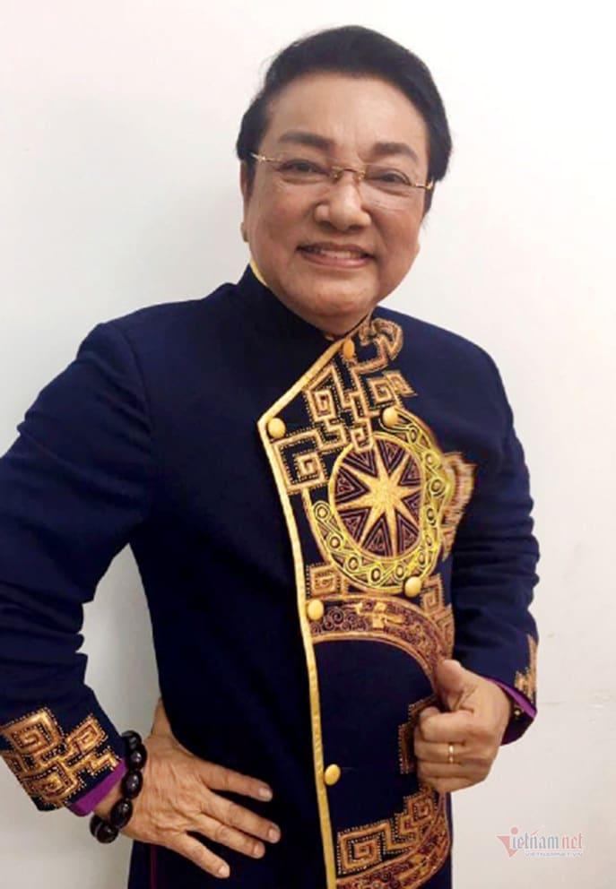 Tuổi 75, nghệ sĩ Phú Quý được vợ kém 20 tuổi chăm sóc ân cần