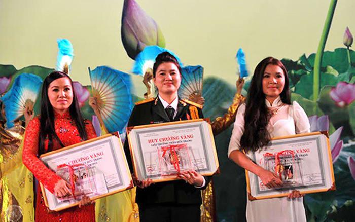 Nghệ sĩ Ngọc Quyền (giữa) đoạt HCV triển vọng Trần Hữu Trang năm 2012