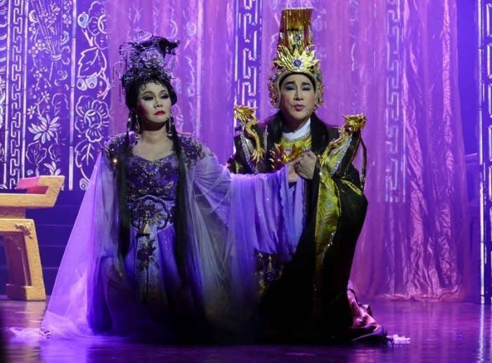 Nghệ sĩ Kim Tử Long và Ngọc Huyền trong vở Xử án Phi Giao