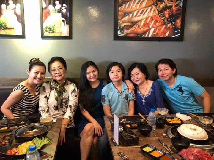 NS Xuân Yến và gia đình của NSƯT Quế Trân trong ngày họp mặt