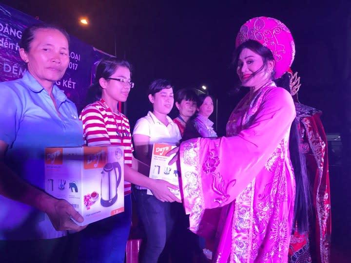NS Cẩm Thu trao quà cho công nhân Công ty Pou Yuen trong chương trình văn nghệ phục vụ công nhân