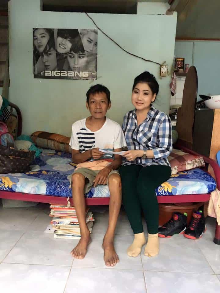 NSƯT Phượng Loan đã đến thăm và trao số tiền giúp đỡ NS hề Tí Nị