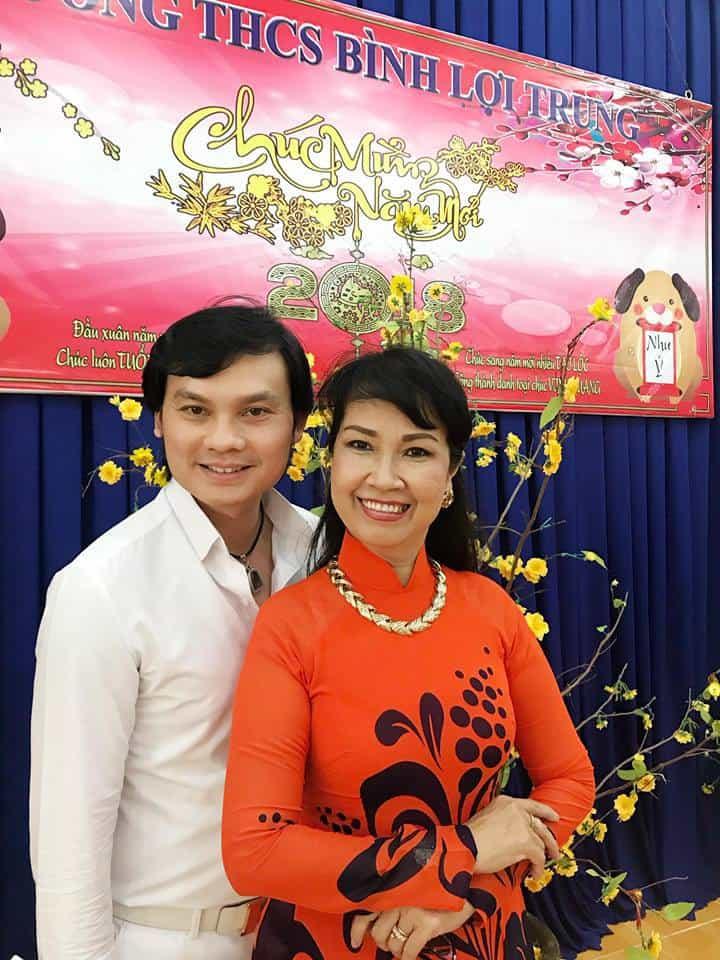 NSƯT Kim Tiểu Long và ca sĩ Bích Phượng tại Trường THCS Bình Lợi Trung