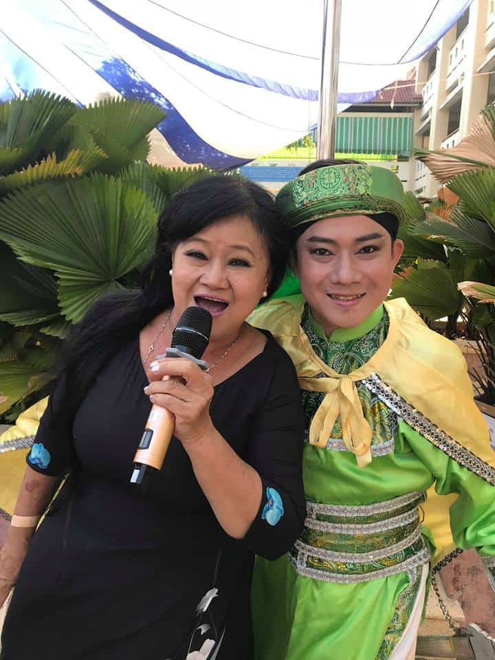 Ca sĩ Hạ Châu và diễn viên Chấn Cường trong chương trình biểu diễn tại Trường THCS Bình Lợi Trung