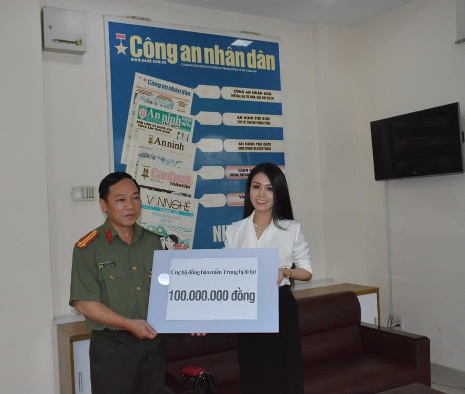 Thượng tá Đặng Ngọc Như, Phó Trưởng Cơ quan đại diện Cục Truyền thông CAND tại TP Hồ Chí Minh tiếp nhận phần quà của nghệ sĩ Võ Ngọc Quyền.