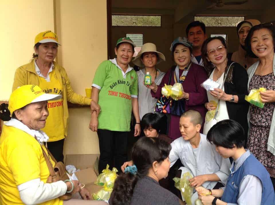 NSND Lệ Thủy phát thuốc cho bà con nghèo tại Lâm Đồng
