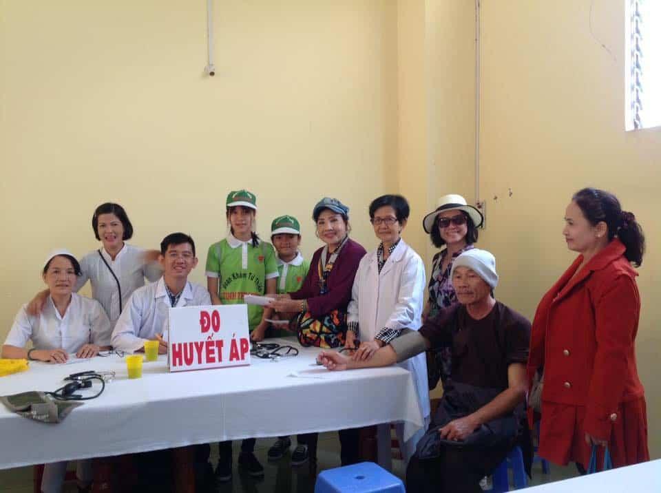 NSND Lệ Thủy và bà con nông dân tại Lâm Đồng trong ngày khám chữa bệnh miễn phí