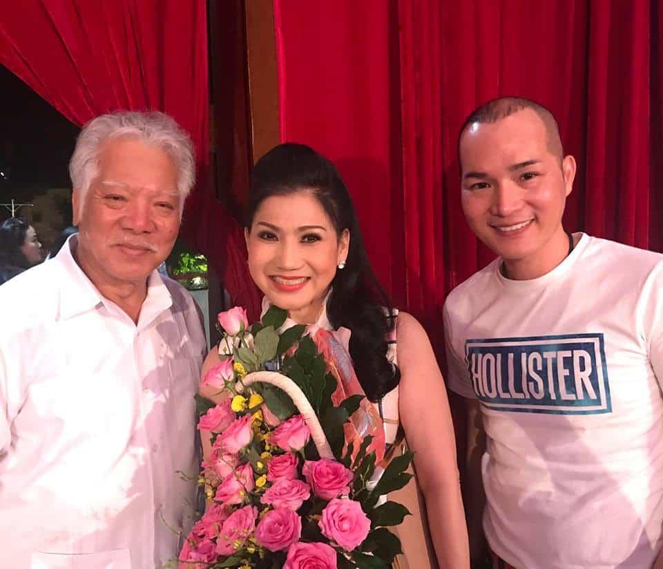NSƯT Lê Chức (bên trái) và đạo diễn Lê Trung Thảo chúc mừng NSƯT Phượng Loan
