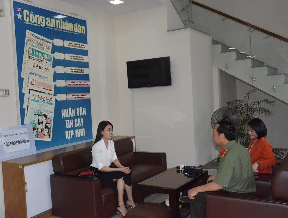 Thượng tá Đặng Ngọc Như, Phó Trưởng Cơ quan đại diện Cục Truyền thông CAND tại TP Hồ Chí Minh bày tỏ sự cảm ơn tấm lòng hảo tâm của nghệ sĩ Võ Ngọc Quyền.