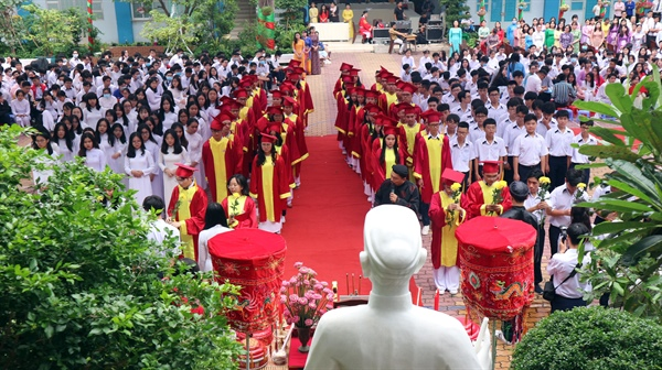 Thầy và trò Trường THPT Nguyễn Du thực hiện nghi thức dâng hương, dâng hoa tại bàn thờ và tượng Nguyễn Du trong khuôn viên nhà trường