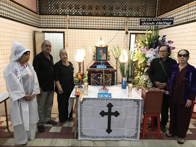 Các nghệ sĩ đoàn Kim Chung và người cháu ruột của nhạc sĩ Huỳnh Kim Anh đã đến chia buồn với gia đình NSƯT Tô KIm Hồng