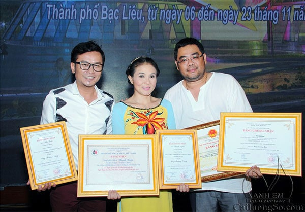 NSƯT Thanh Ngân (giữa), NSƯT Hữu Quốc (trái), đạo diễn Lê Nguyên Đạt (phải) trong đêm trao giải.Ảnh: H.L