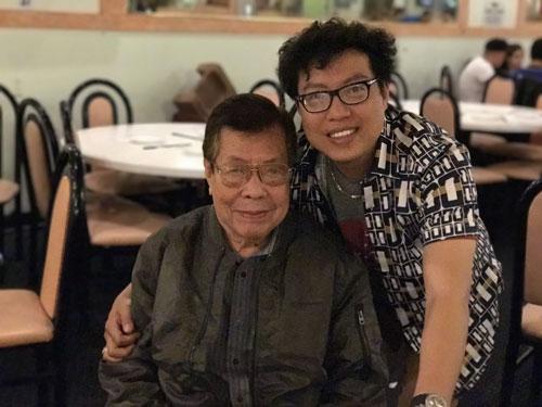Soạn giả Yên Lang và phóng viên Thanh Hiệp chụp tại Mỹ. Ảnh: Duy Thanh